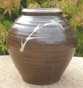 JP1 – Shigeyoshi Ichino (1942 – 2011) Leach Pottery jar with slip decoration. Personal and Leach Pottery seals. The height is 16.0 cm (6.3 inches) and the maximum diameter is 16.3 cm (6.4 inches). Price £275