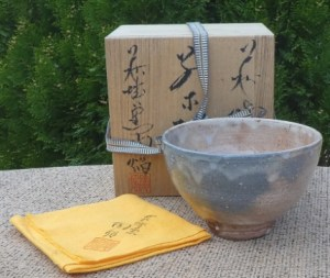 Toen Hagishiro boxed Hagi chawan with seal mark to the base near the foot ring. The height is 8.1 cm (3.2 inches) and the maximum external diameter is 12.7 cm (5.0 inches). £85