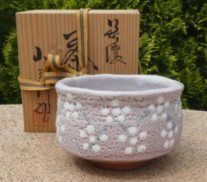 BW17: Kosaburo Kuwabara V shino chawan with incised mark on the base and signed wooden box. The height is 8.6 cm (3.4 inches) and the maximum external diameter is 13.0 cm (5.1 inches). £95