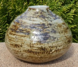 DD4: Derek Davis (1926 - 2008) stoneware vase signed Davis together with pottery mark. The height is 11.7 cm (4.6 inches) and the maximum external diameter is 15.0 cm (5.9 inches). £125