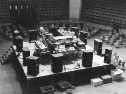La musique concrète ou aussi musique acousmatique à été développées par Pierre Schaeffer en 1940