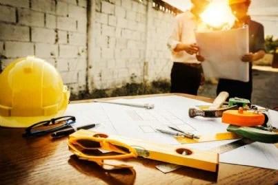 scrivania di ingegneri che studiano progetto appalto