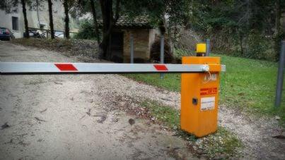Servitù Via Il Cancello Che Restringe La Strada Se Si