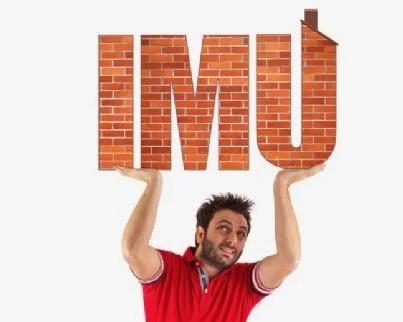 uomo solleva casa con simbolo Imu