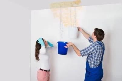 giovane donna disperata per infiltrazione acqua in casa condominio