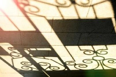 ombra del balcone in strada