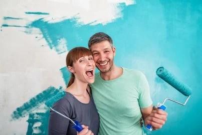 coppia che dipinge pareti casa