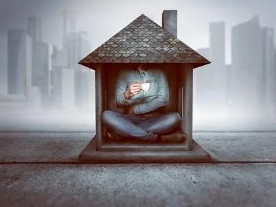 uomo in una piccola casa