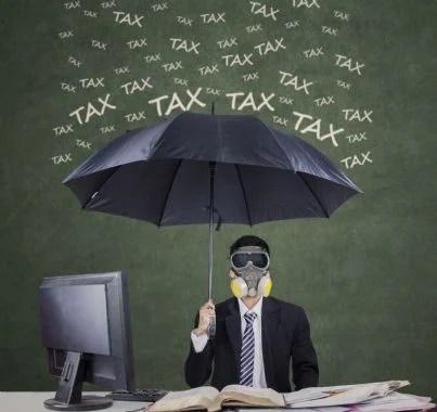 uomo debitore protetto da un ombrello