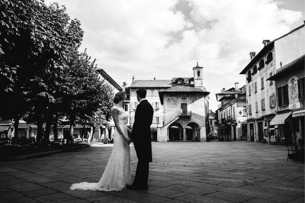 Newlywed couple at Piazza Motta - Italy wedding photographer