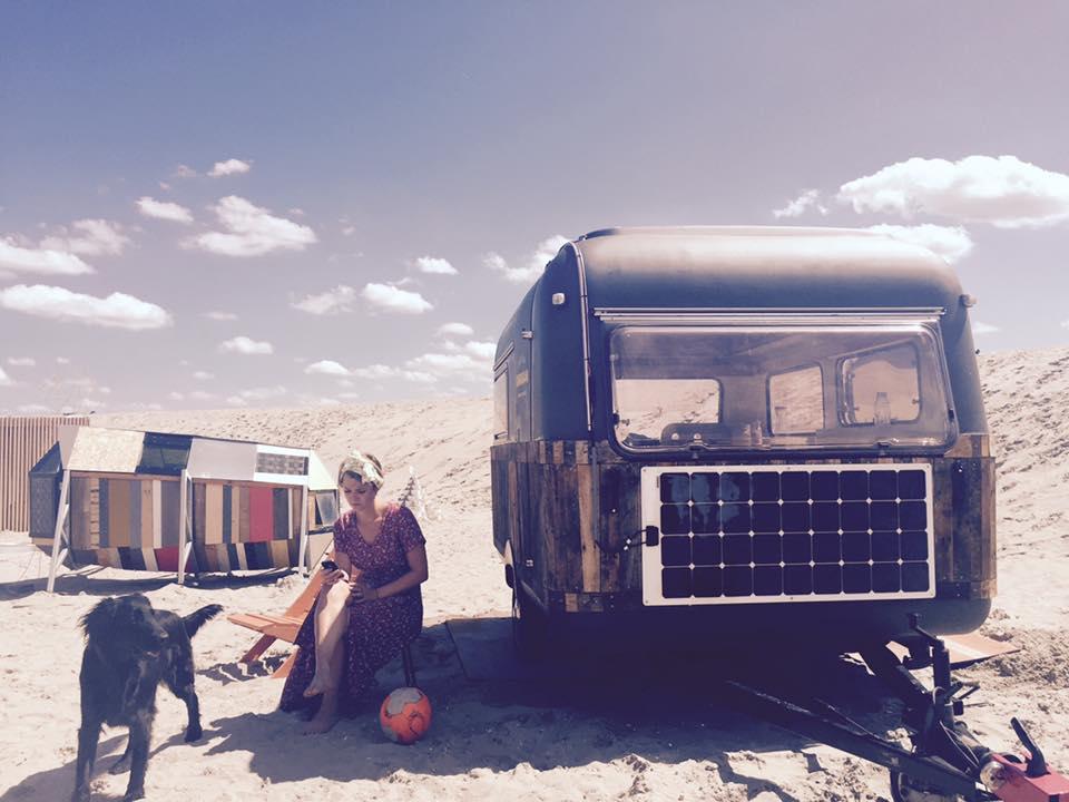 Flexible zonnepaneel installatie voor Kantoor Karavaan. Deze organisatie past precies bij studio ECO want al onze waarden komen overeen. Zie hier!