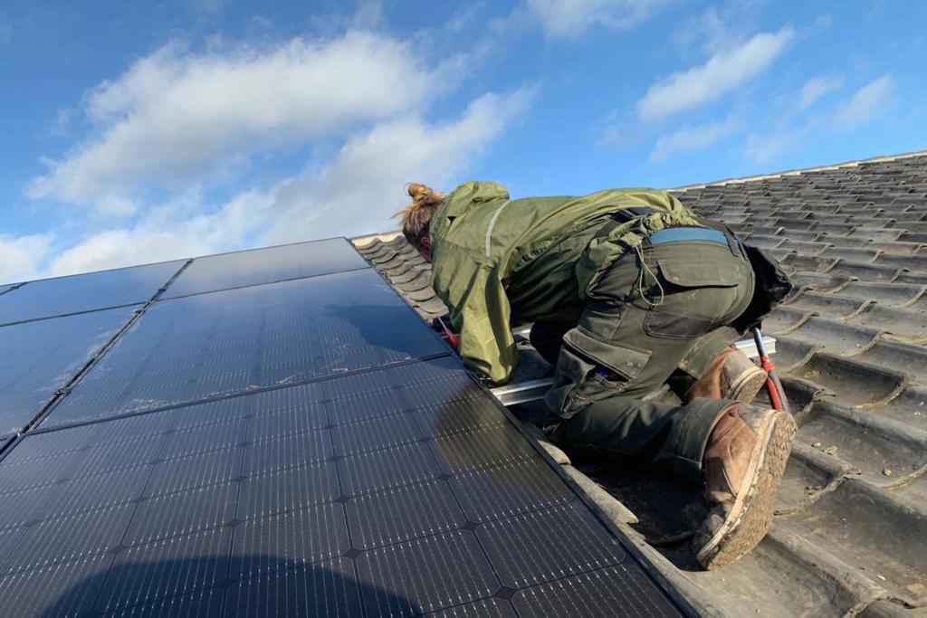 Zonnepanelen Eurovee Lexmond. De ruimte op het dak van een grote hal of bedrijfspand is een prachtig oppervlak om zonnepanelen neer te leggen >