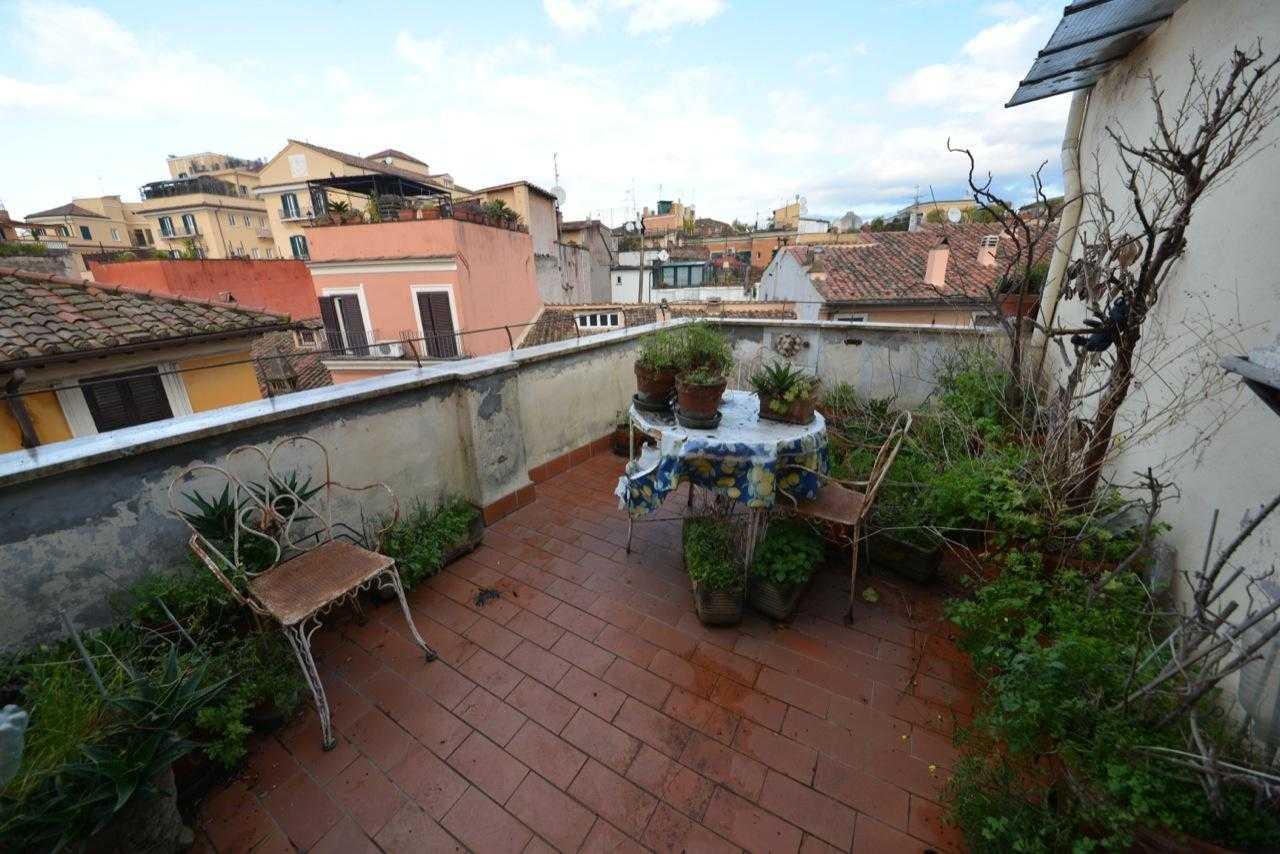 Roma Vendita Palazzetto cielo terra Trastevere  Via della Luce