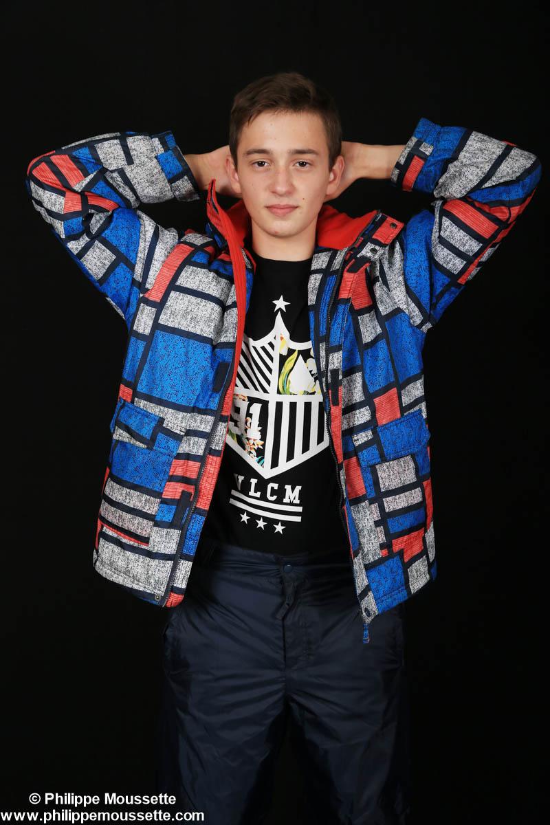 Adolescent avec son manteau