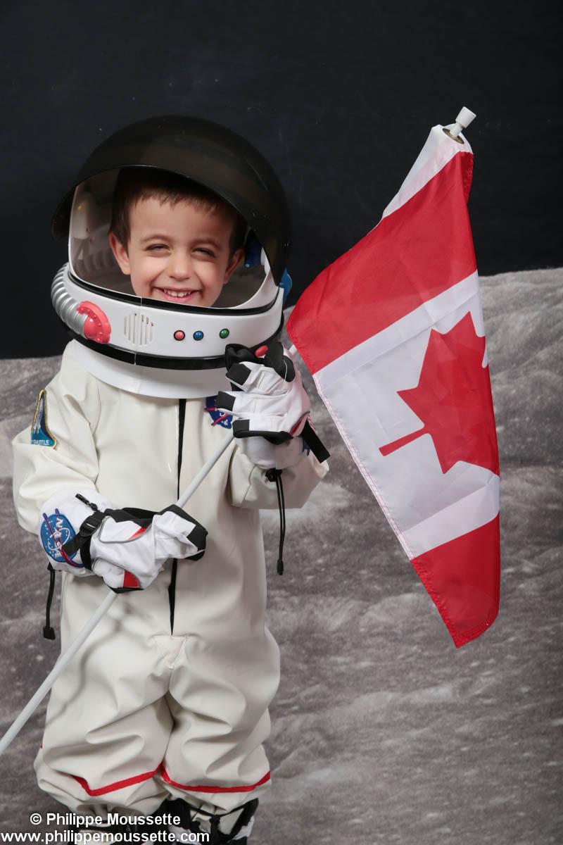 Garçon astronaute avec drapeau