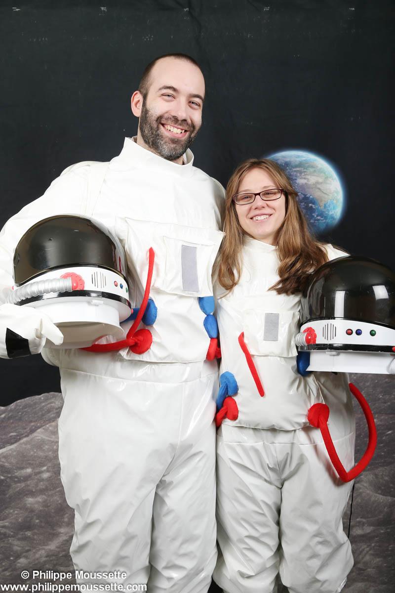 Un homme et une femme costumé en astronaute
