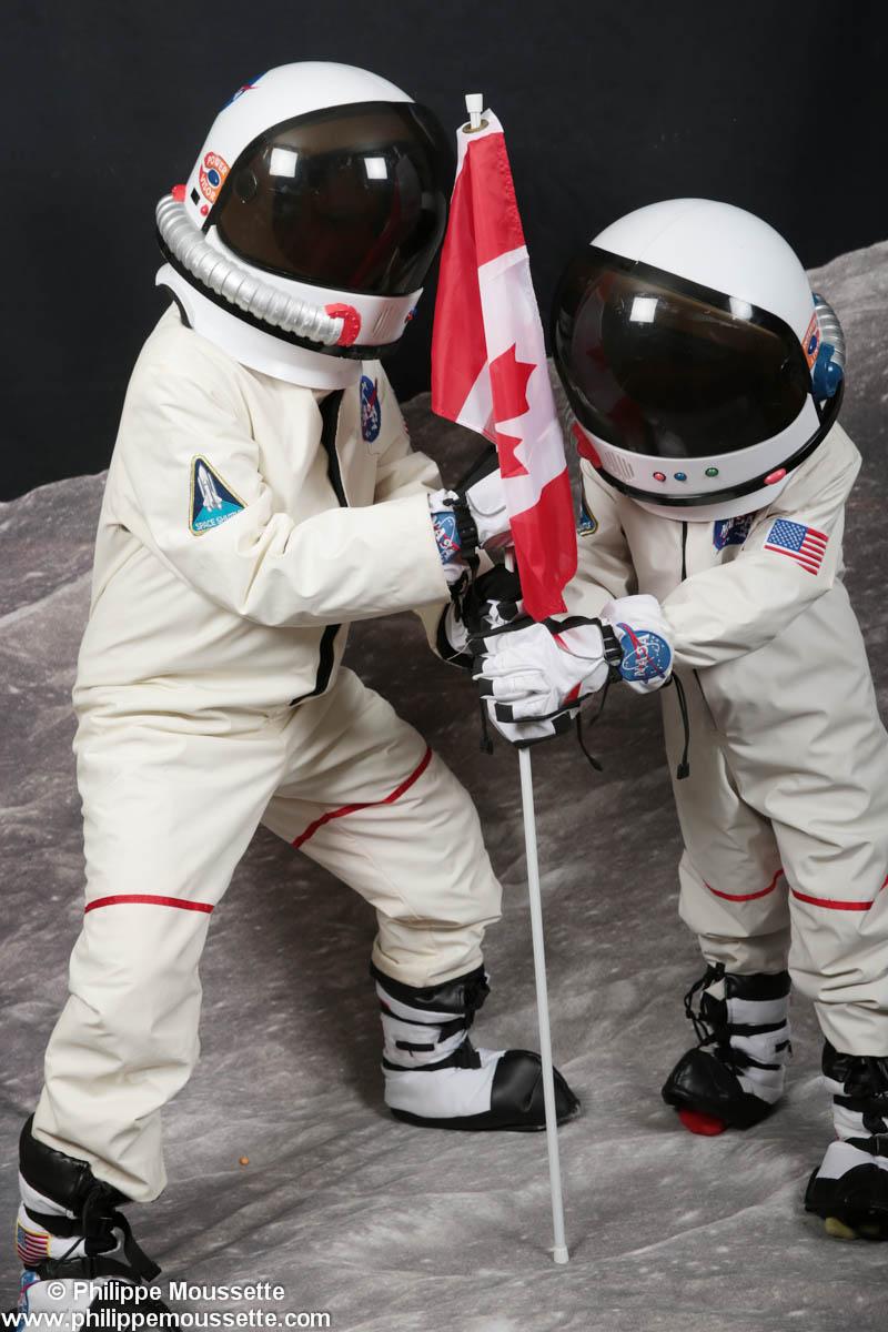 Deux astronautes plantant un drapeau