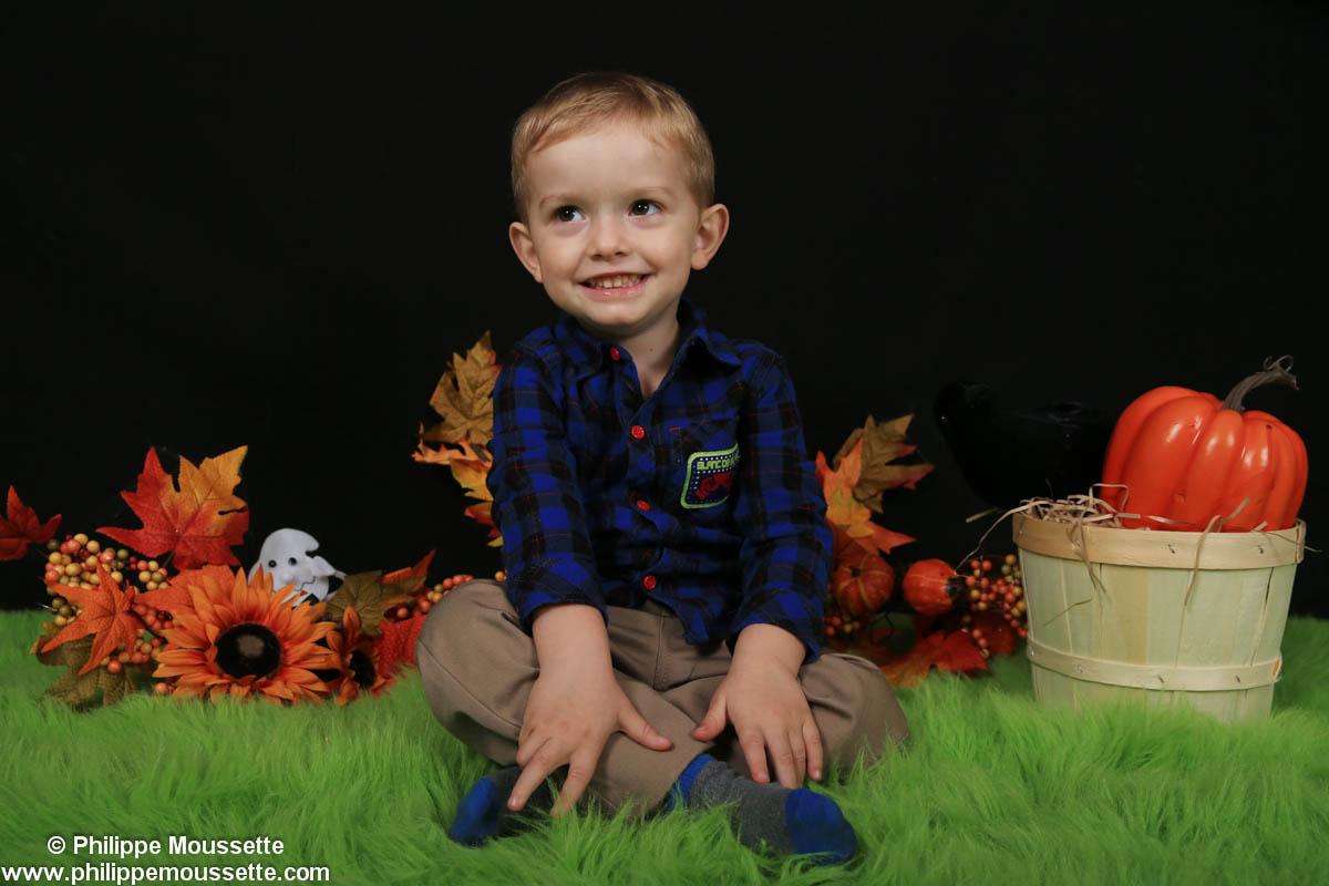 Petit garçon avec décor automne