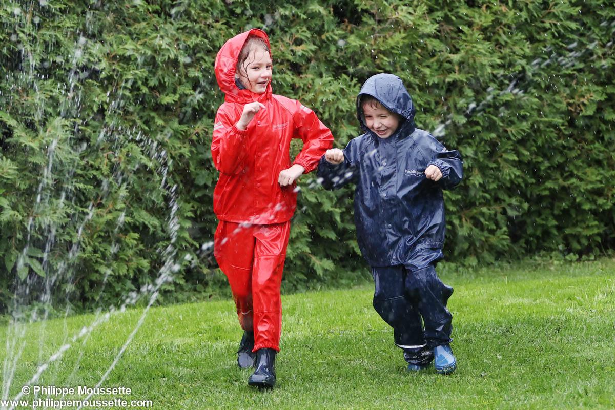 2 enfants vêtus d'imperméable