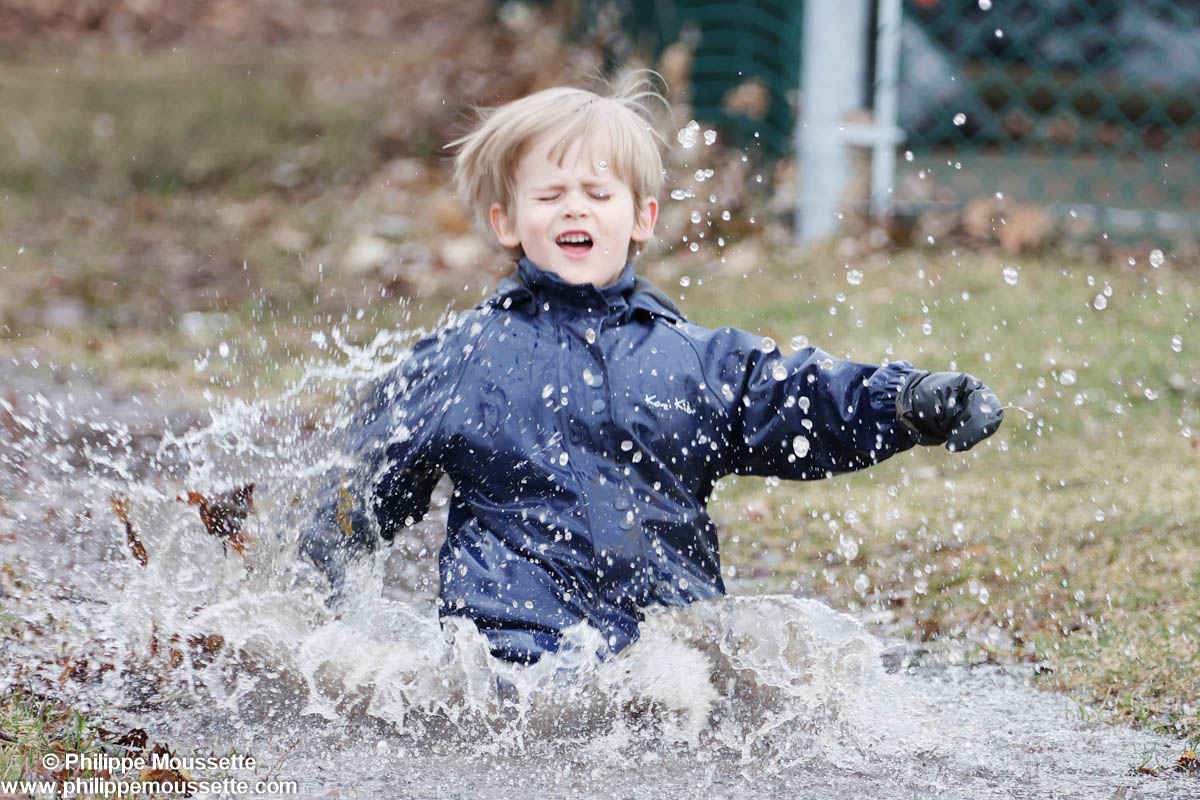 Enfant qui saute dans un trou d'eau