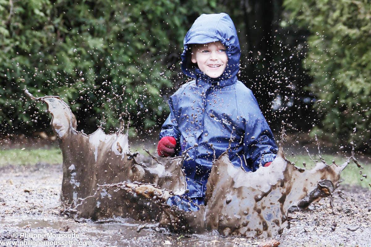 Enfant dans la boue