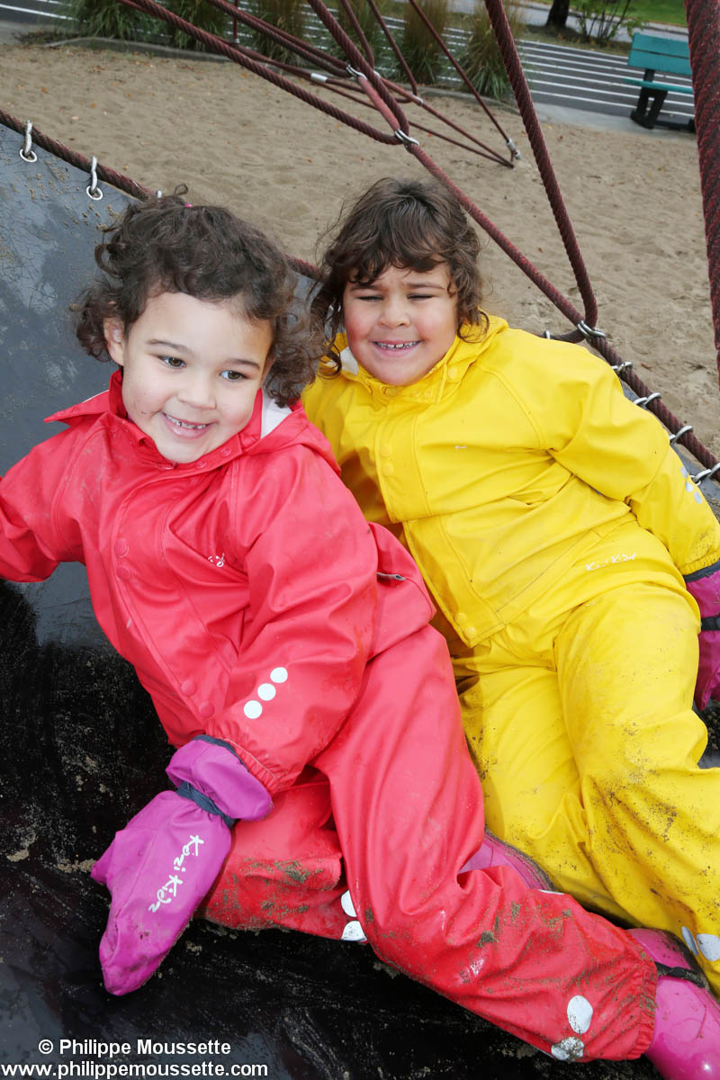 Deux filles avec leurs impers dans un jeu