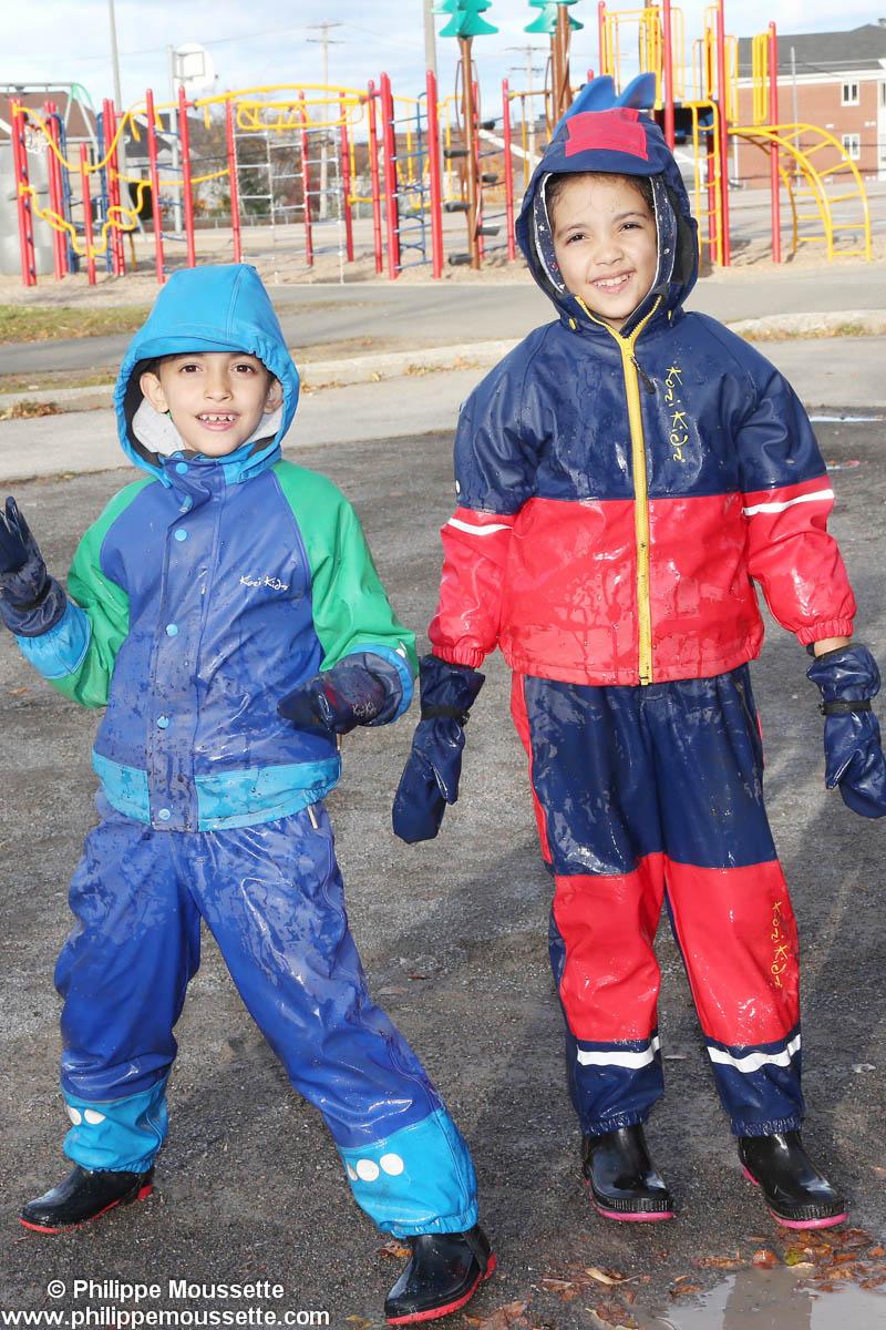 Deux enfants vêtus d'imper