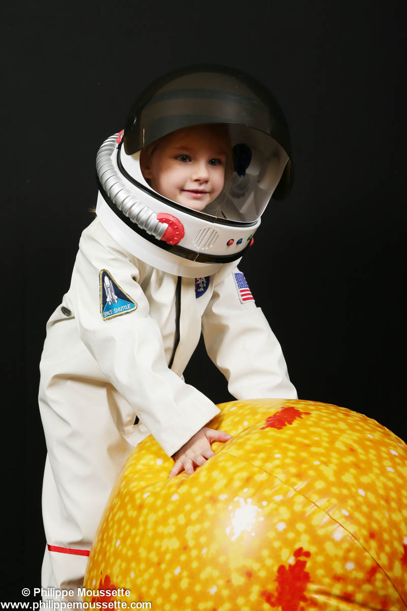 Fille costumée en astronaute