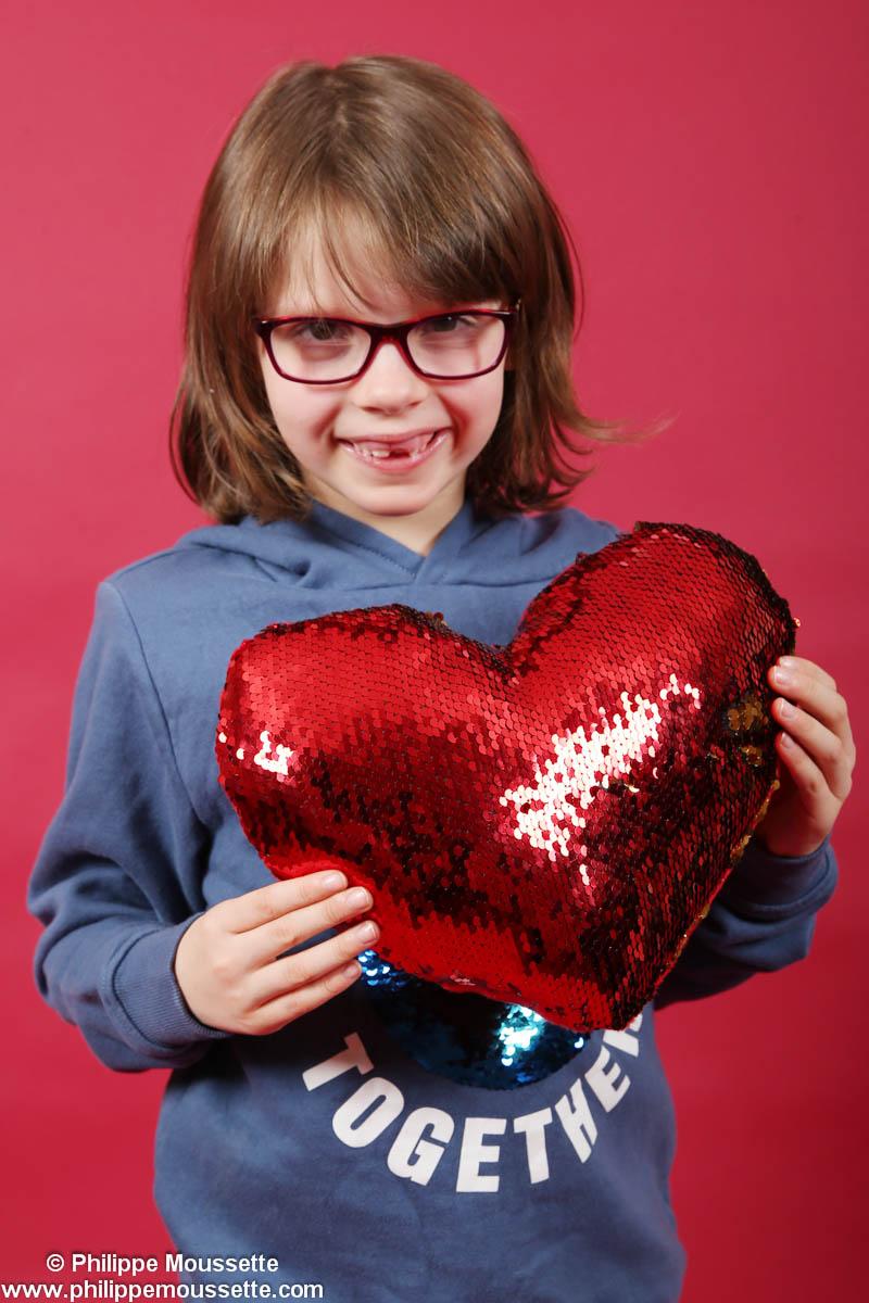 Garçon avec coussin en forme de coeur