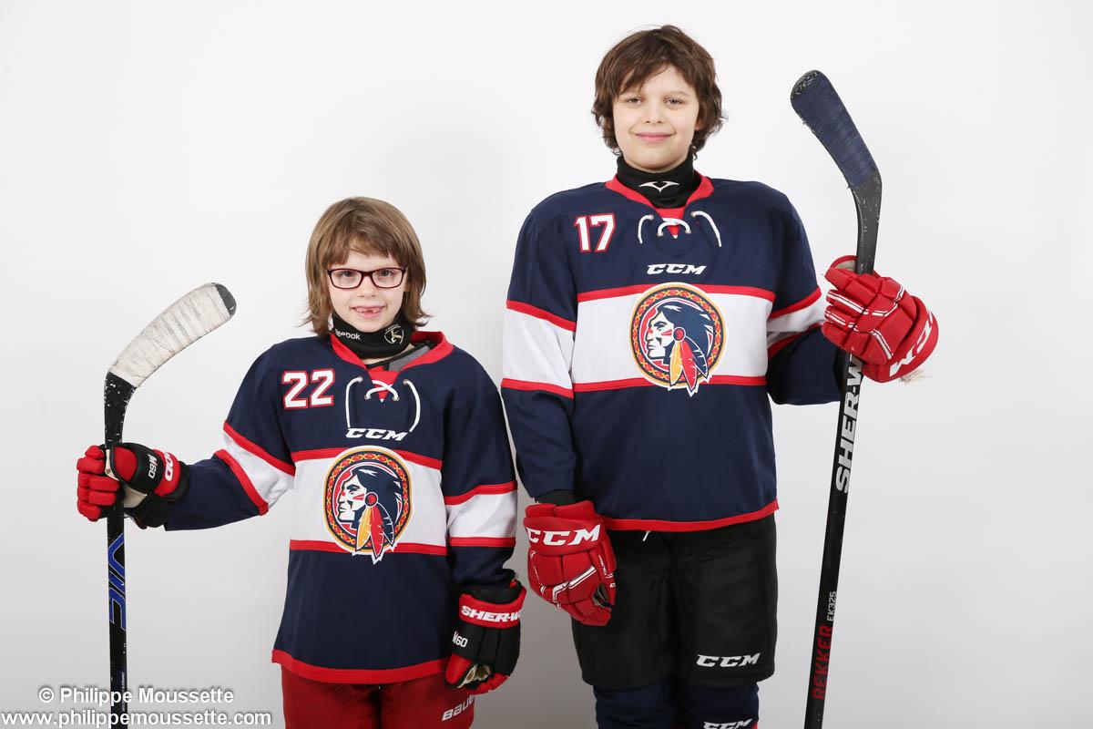 Deux jeunes hockeyeurs