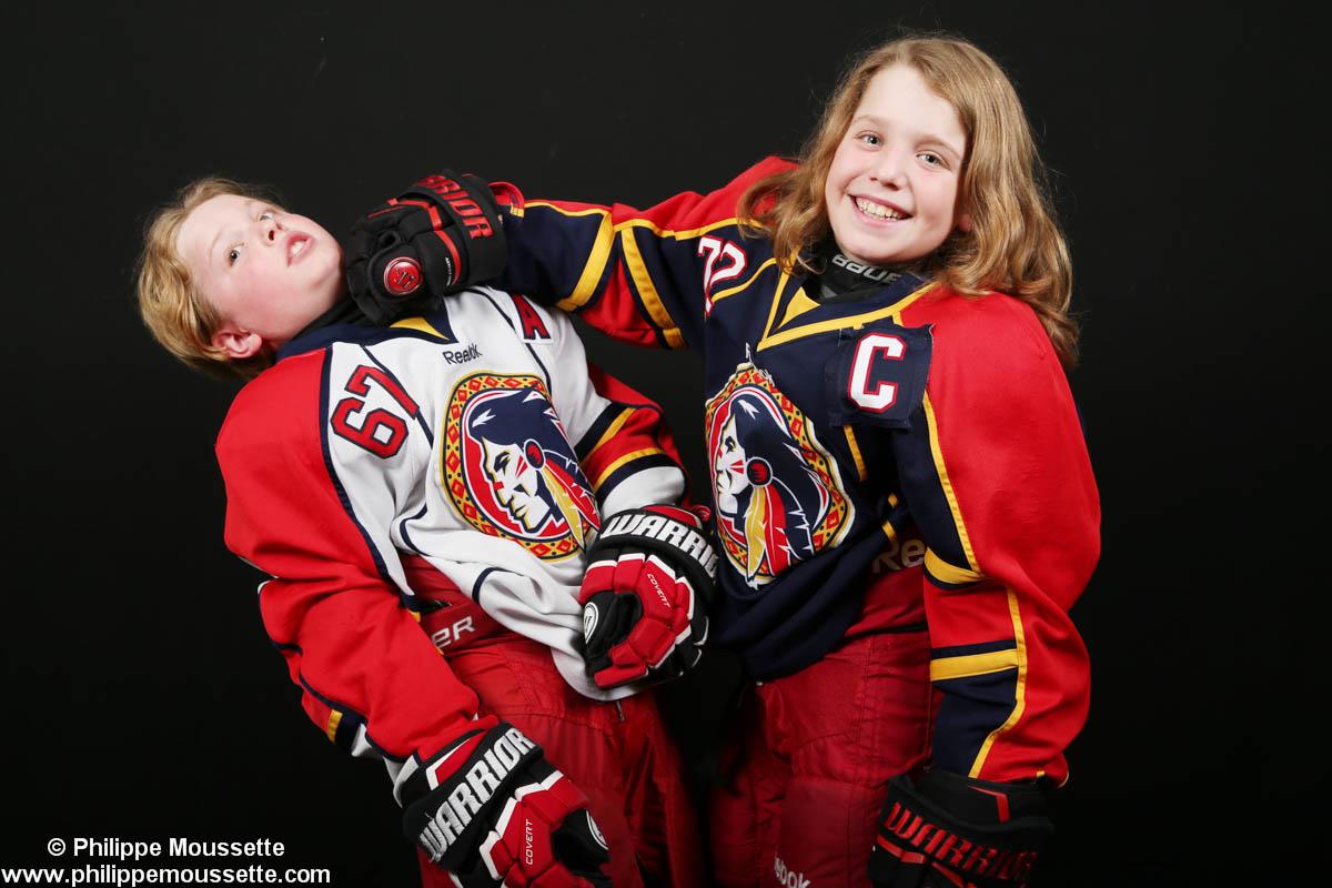 Deux jeunes hockeyeurs qui simulent des coups de poing