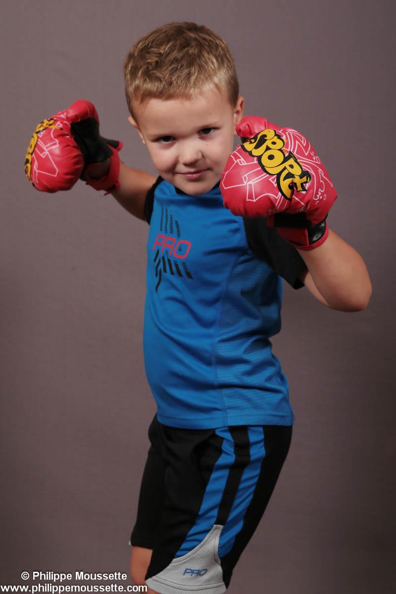 Jeune avec des gants de boxe