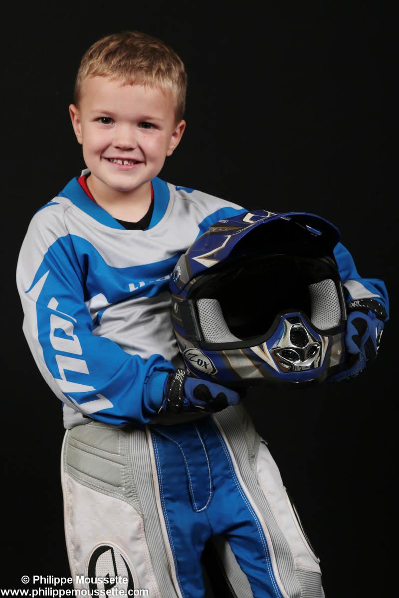 Jeune avec équipement sportif de racing