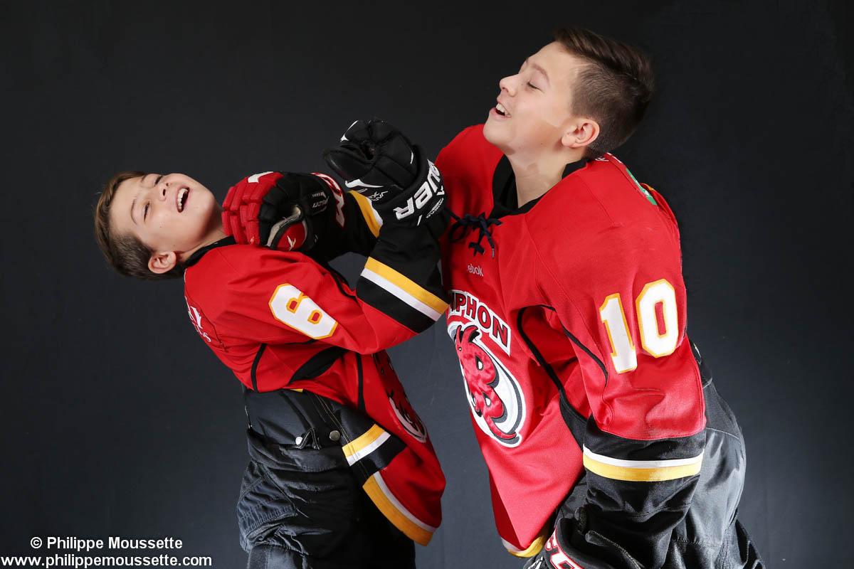 Deux hockeyeurs qui simulent une bataille