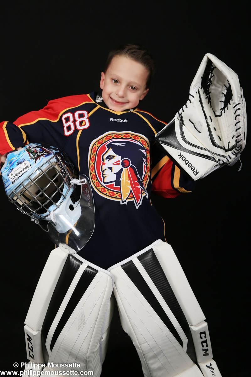 Garçon avec équipement de gardien de hockey