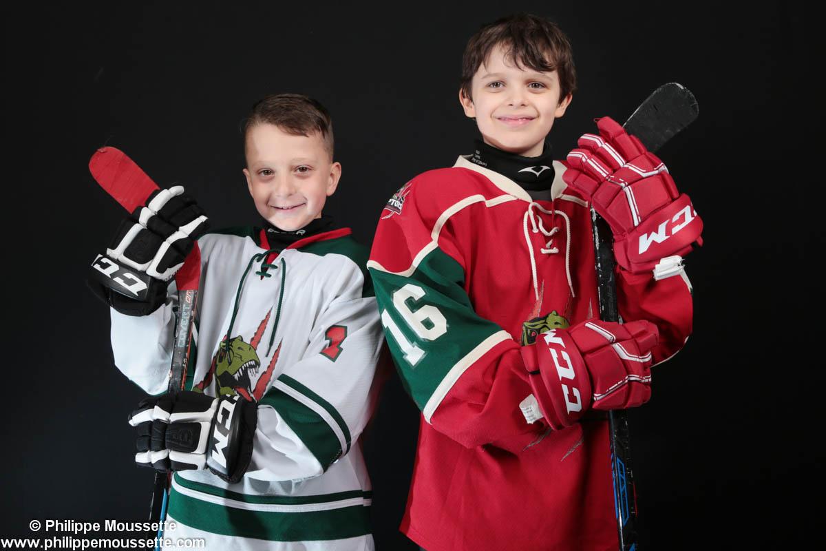 Deux jeunes joueurs vêtus de leur équipement de hockey