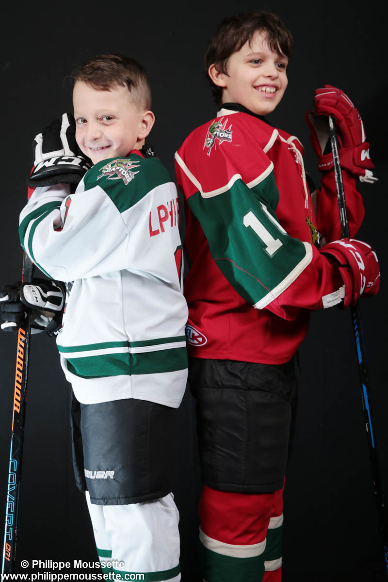 Deux hockeyeurs avec leur équipement