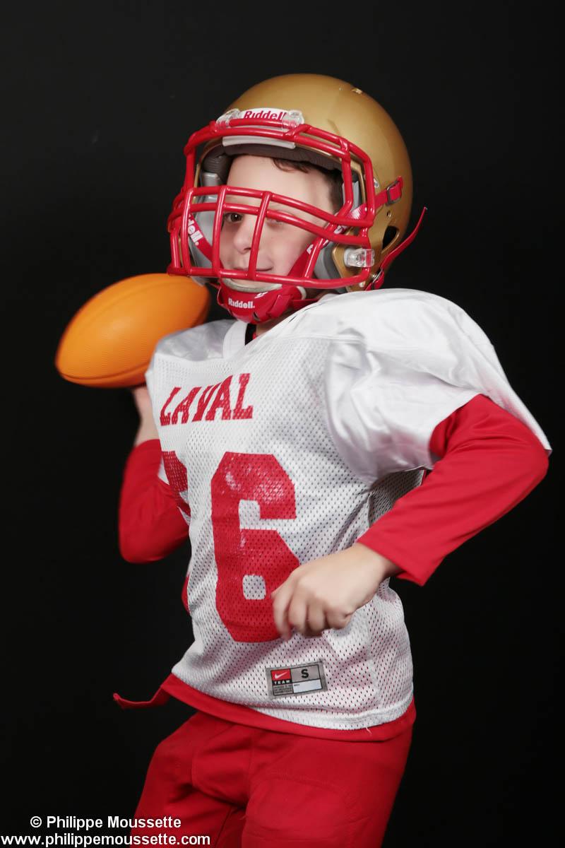 Jeune footballeur avec ballon dans les mains