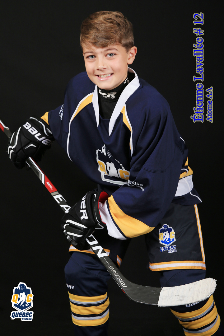 Jeune vêtu de son équipement de hockey