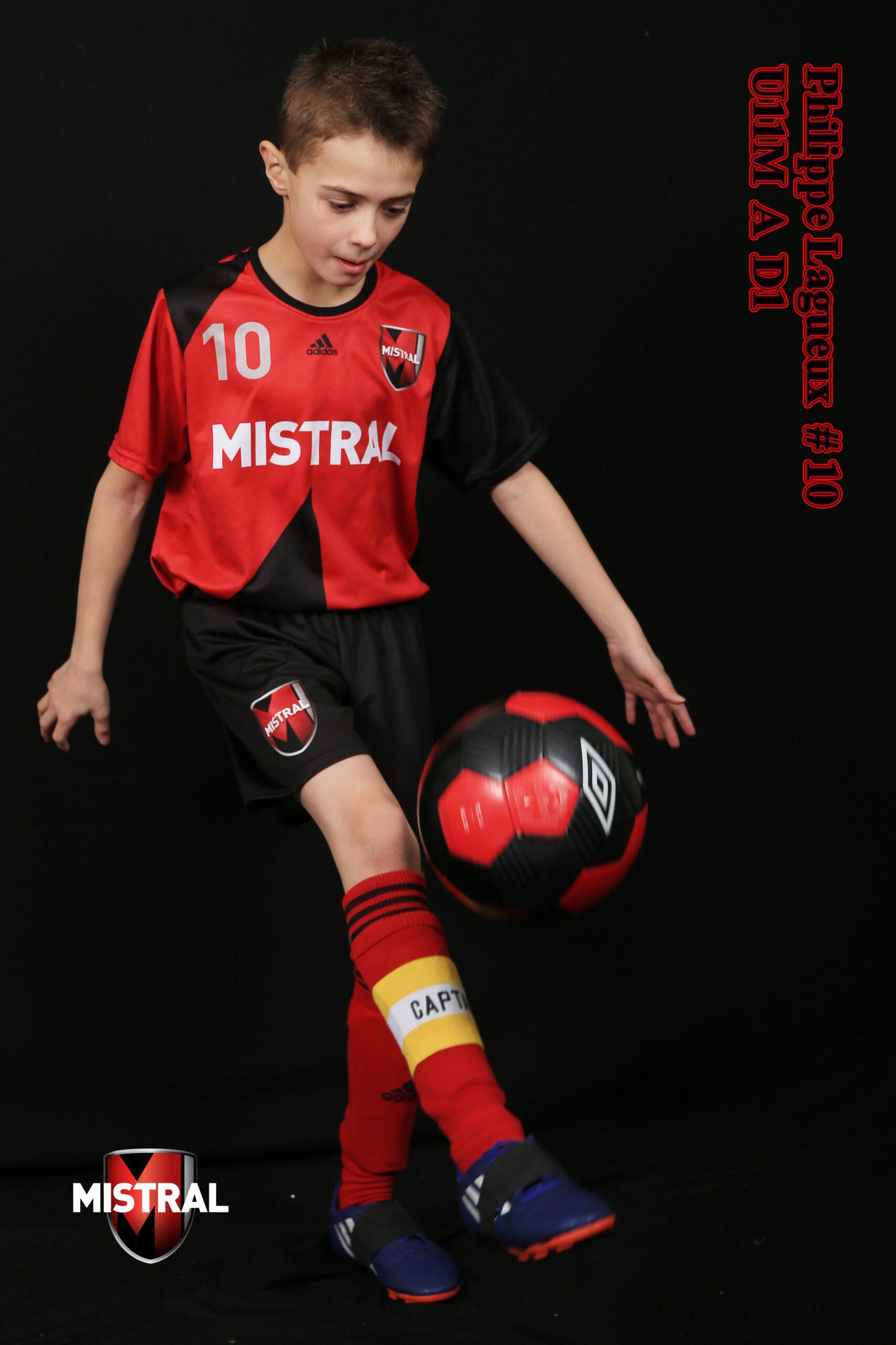 Jeune joueur de soccer avec son ballon
