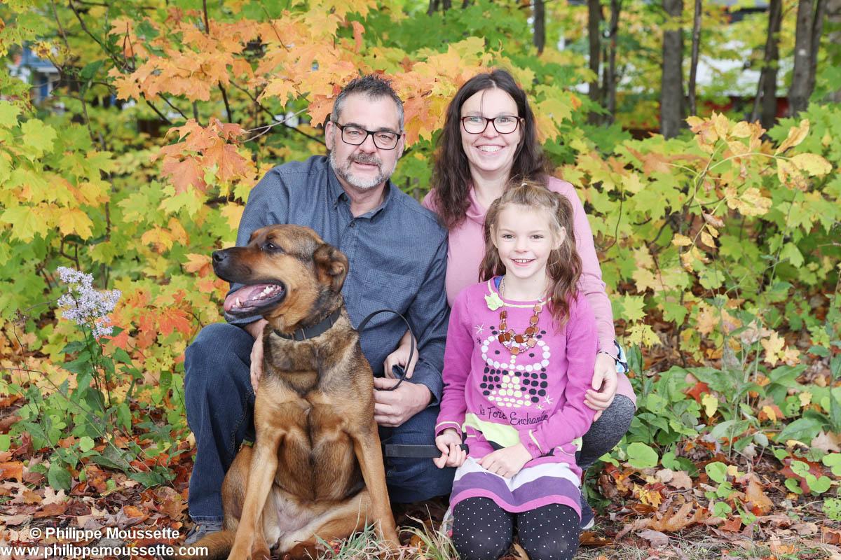Papa maman leur fille et leur chien à l'extérieur