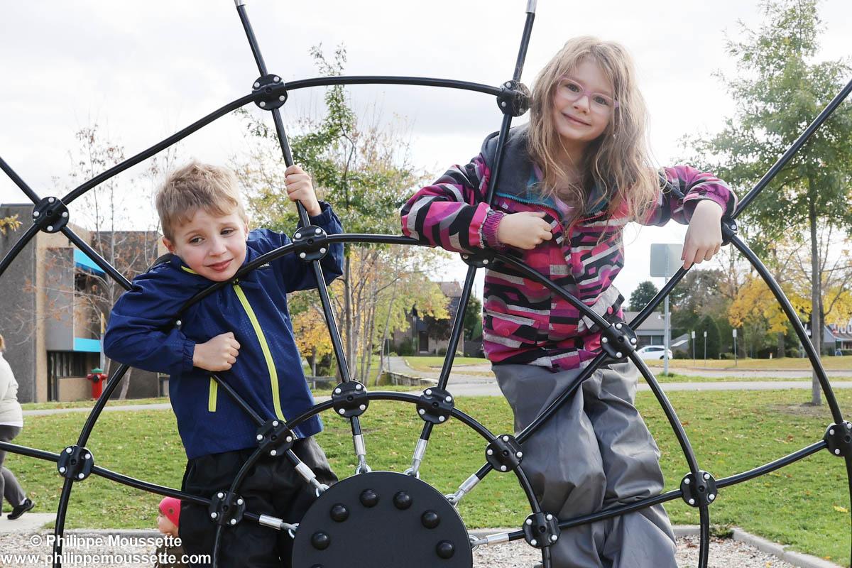 Deux enfants dans un jeu d'extérieur