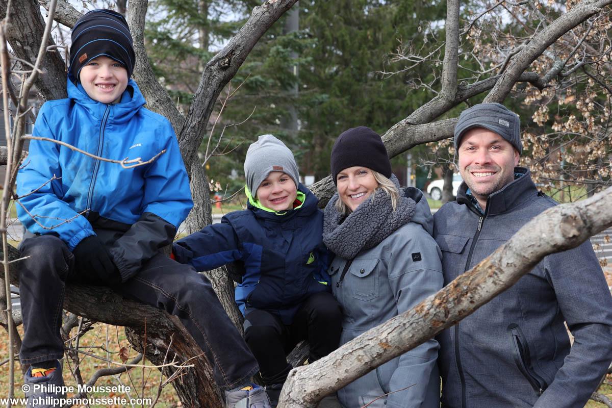 Famille derrière un arbre