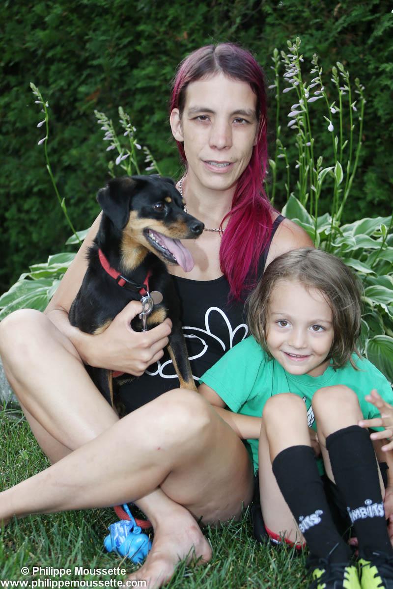 Maman avec son enfant et son chien sur le gazon