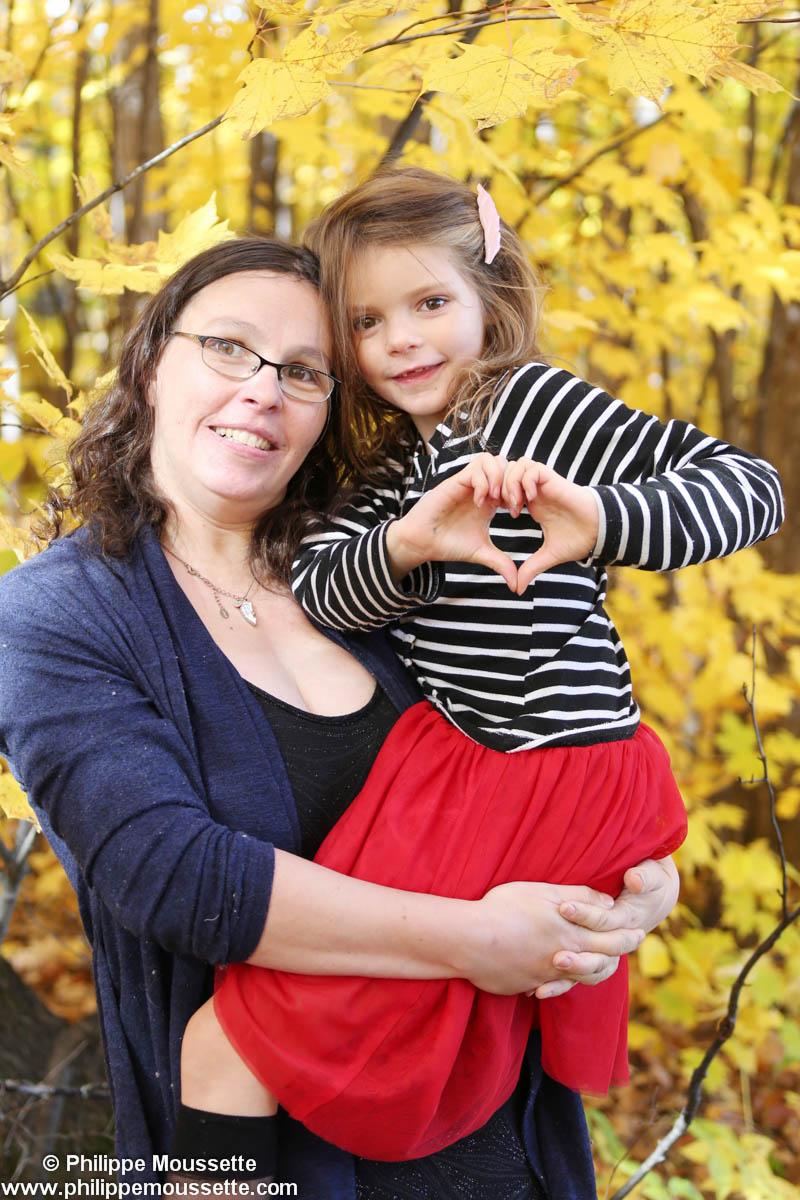 Maman et fille à l'extérieur à l'automne