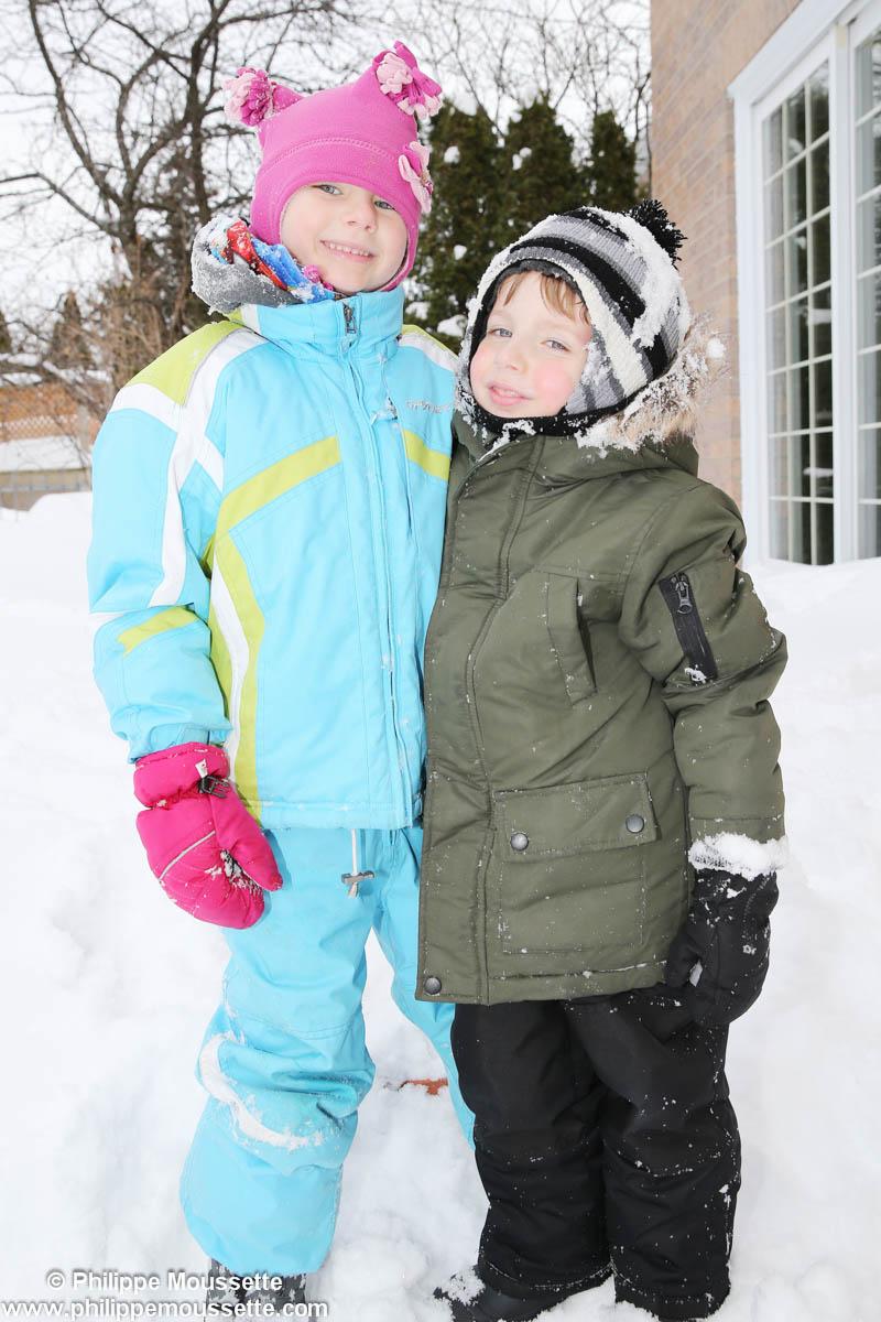 Deux enfants à l'extérieur en hiver