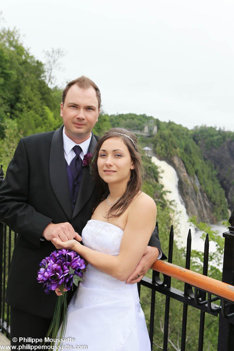 Mariés devant une chute