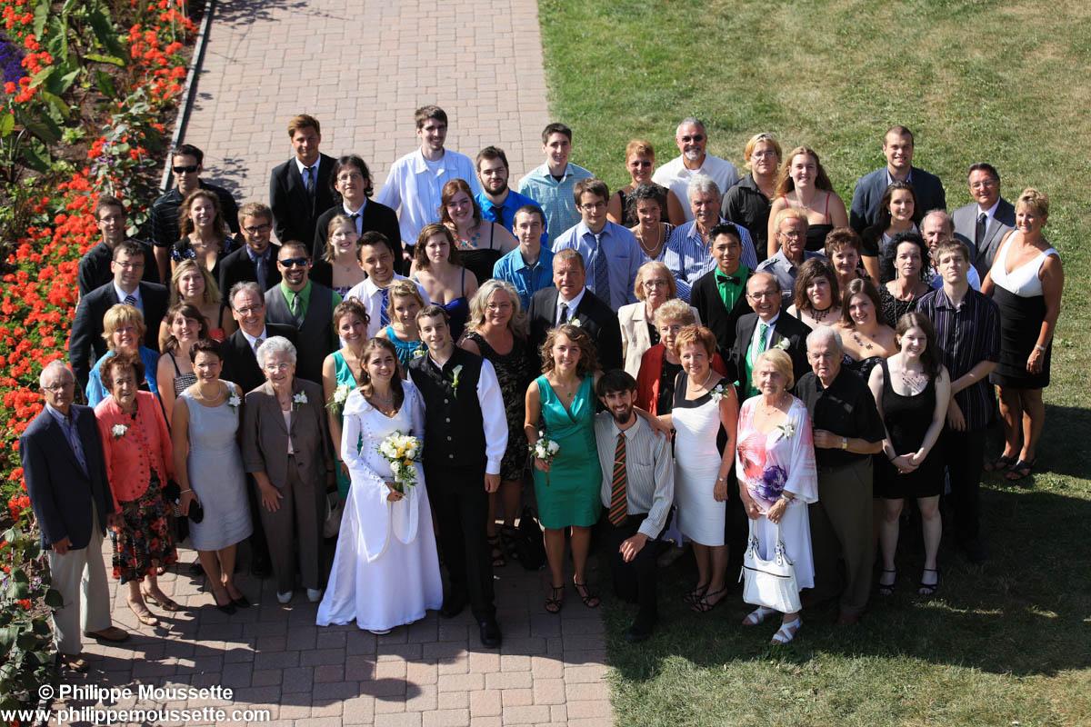 Des mariés et leurs familles