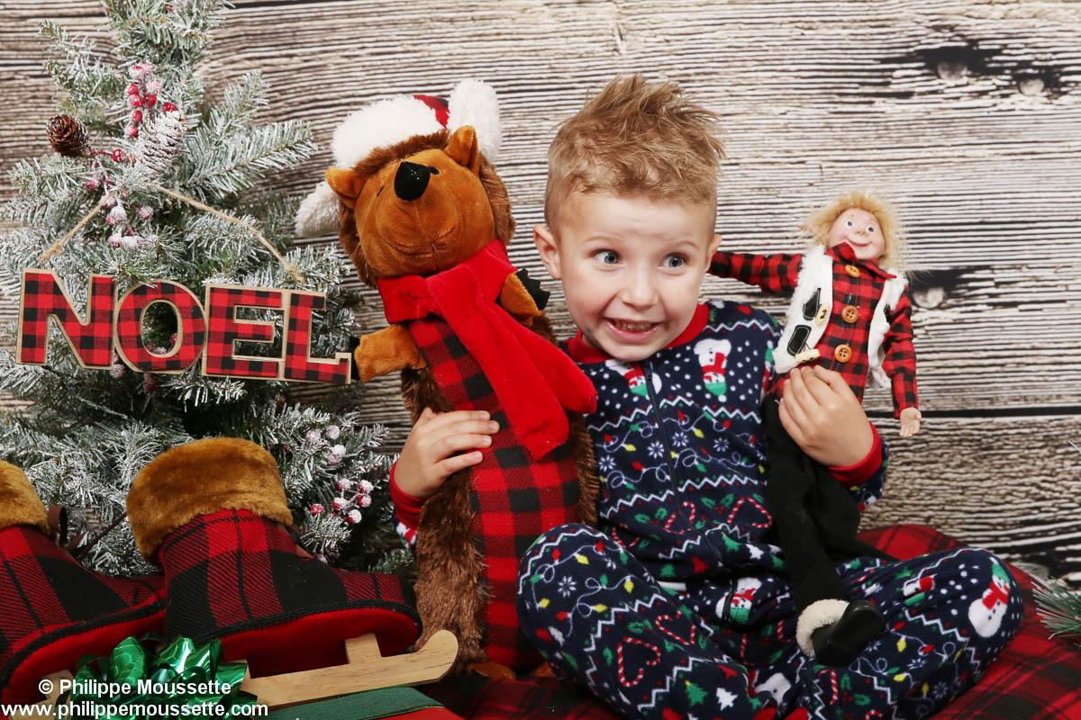 Enfant avec un pyjama de Noël avec des toutous