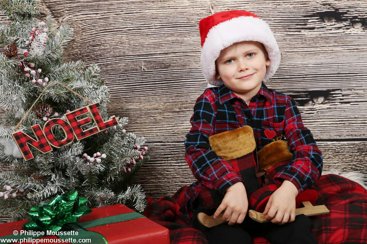 Garçon avec tuque de Noël